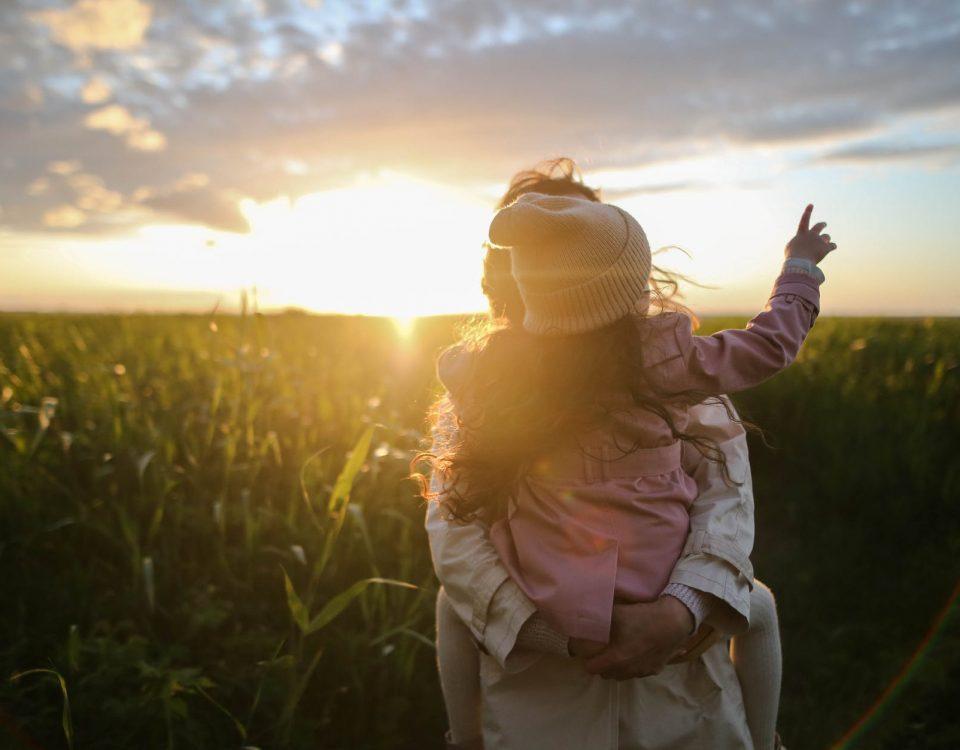 Querida mamá ❤️ Bienvenida a la aventura más salvaje de tu vida. Donde sientes como tu cuerpo se transforma para dar cobijo y alimento a un ser tan indefenso. Donde las dudas y los miedos en muchas ocasiones nos alcanzan. Donde las noches y los días se hacen uno. Donde sentirnos juzgadas puede ser nuestro día a día. Y donde, no me puedo olvidar de LA PACIENCIA, que mantiene un papel muy importante en eso de ser mamá ❤️ ✨Pero por supuesto, eso no es todo 😉 Nos hace ser más ATENTAS o menos, más ORGANIZADAS o menos, más CARIÑOSAS o menos, más PACIENTES o menos, más CREATIVAS o menos, más GRACIOSAS o menos... Pero lo que sí está claro es que ERES LA MEJOR MAMÁ para tu hijx ❤️ confía y disfruta de lo bonito que es ser mamá. Feliz día de la madre a todas y cada una de vosotras ✨❤️✨ #diadelamadre #maternidad #educacionsocial #queridamama